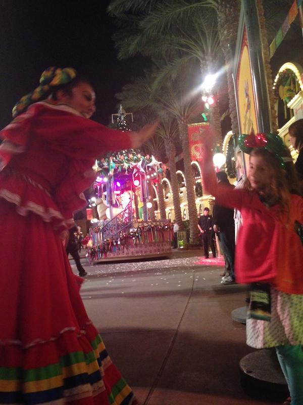Disney-viva-navidad-street-party